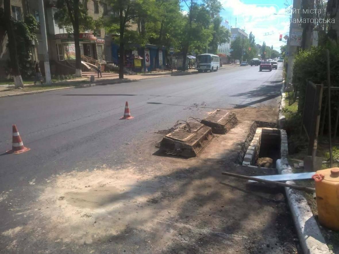 На дороге по ул. Василия Стуса подымают ливнёвки  , фото-3