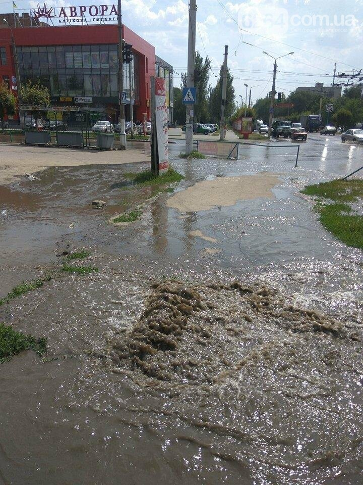 По ул. Парковой прорвало водопровод, фото-1