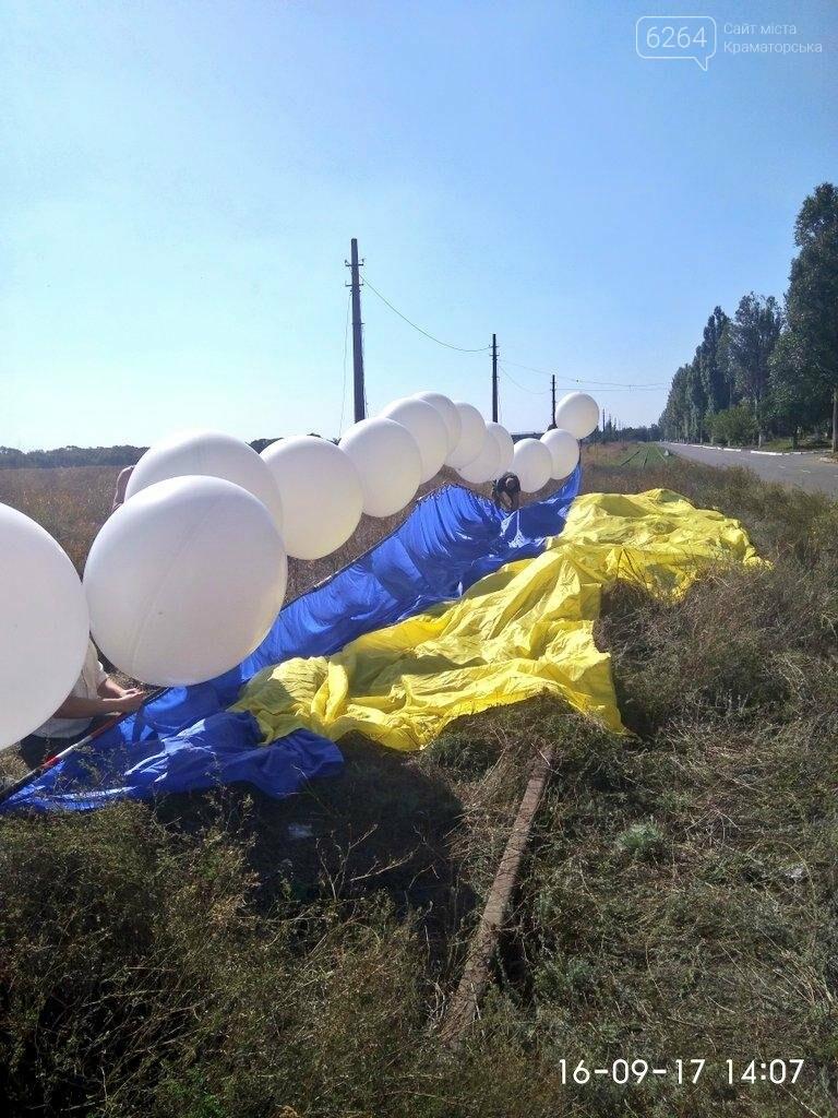 В небо над Донецком подняли флаг Украины, фото-1