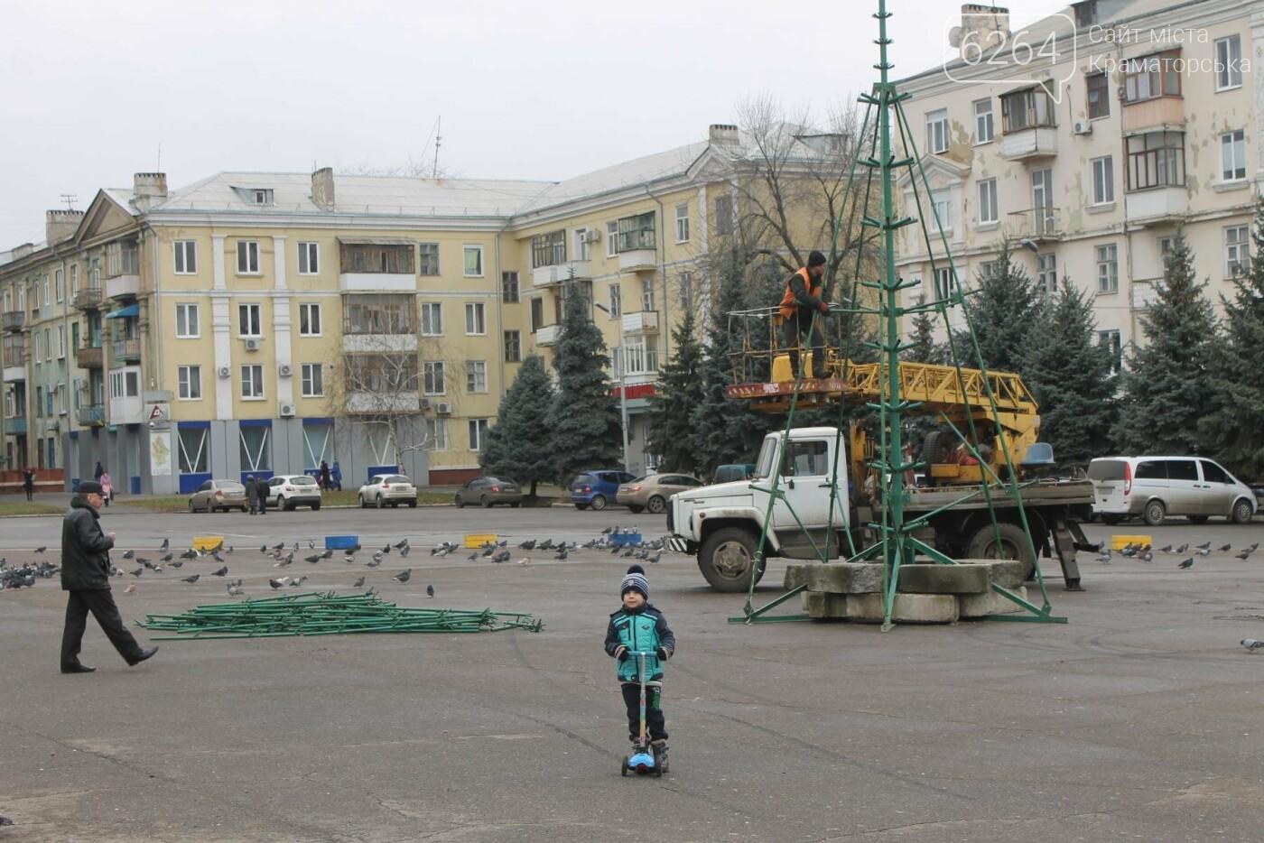 Праздник приближается: в Краматорске монтируют главную елку , фото-2