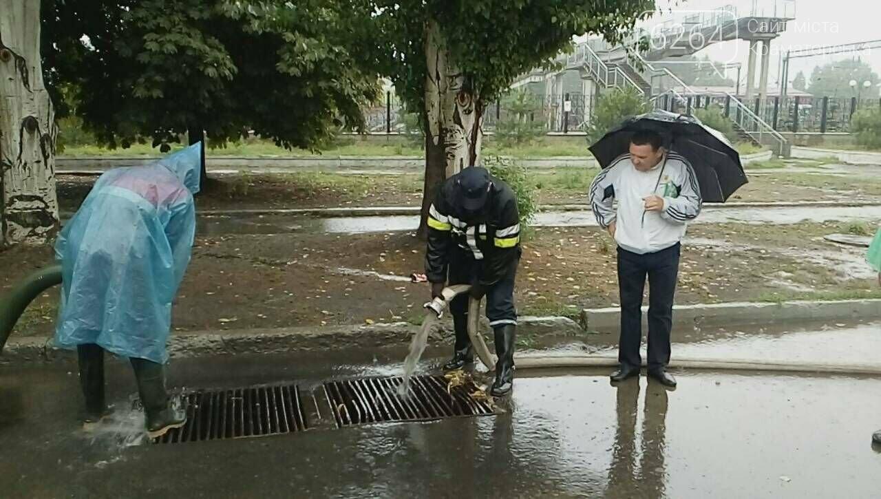 Привокзальна площа у Краматорську перетворилася у море: рятувальники ліквідують наслідки негоди , фото-5