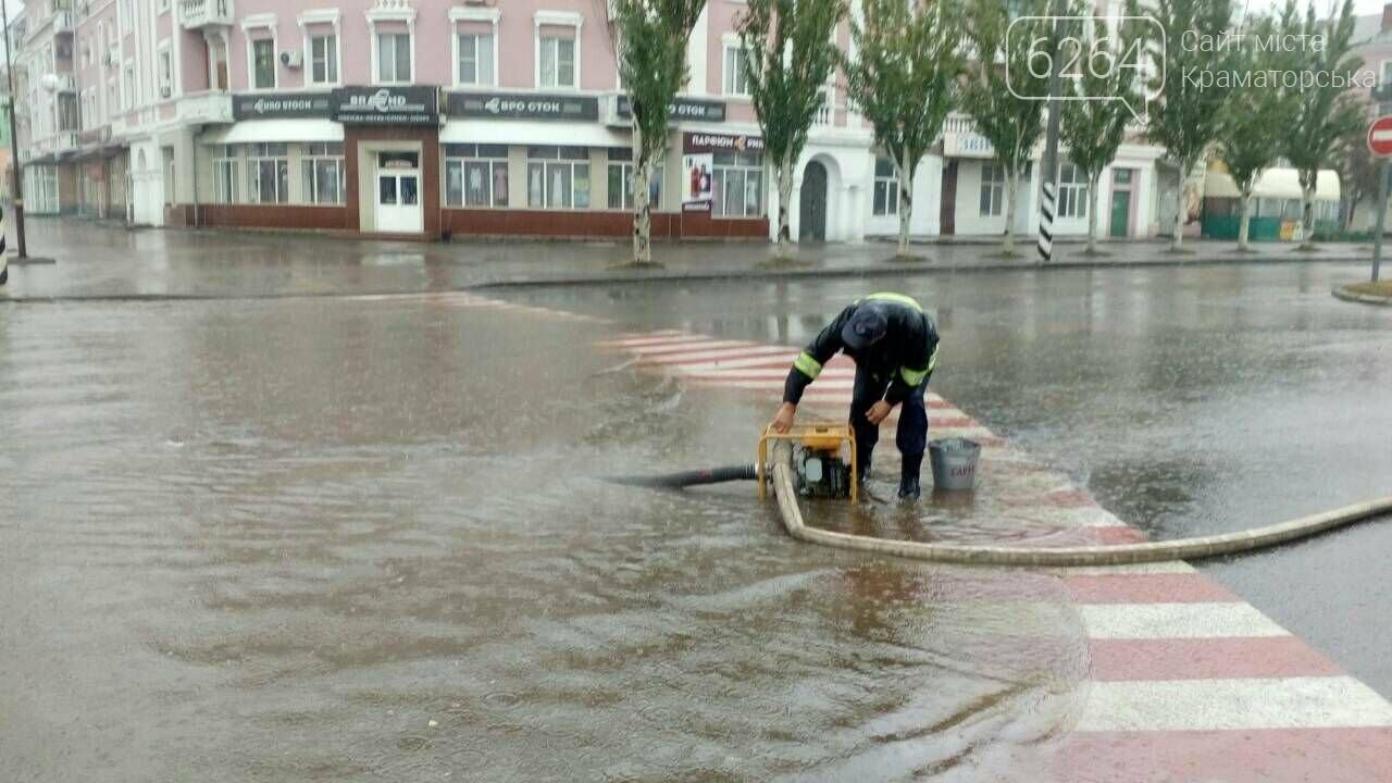 Привокзальна площа у Краматорську перетворилася у море: рятувальники ліквідують наслідки негоди , фото-2