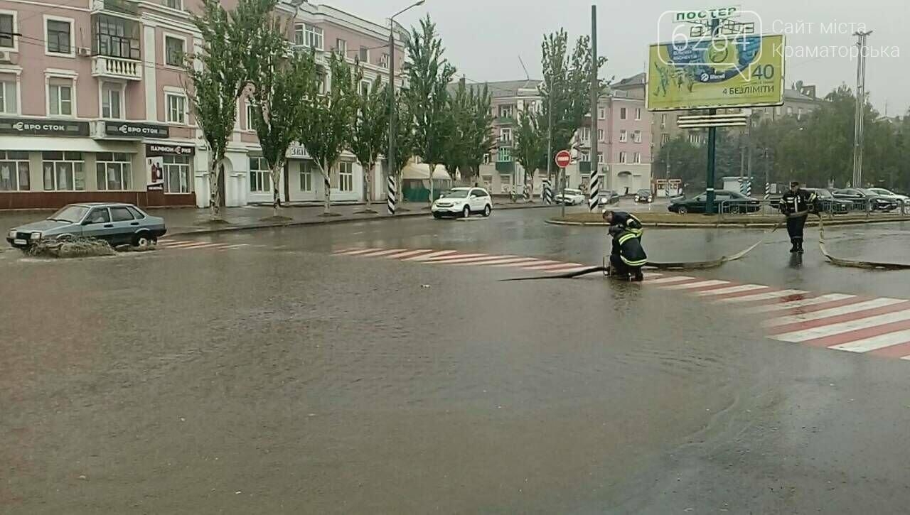 Привокзальна площа у Краматорську перетворилася у море: рятувальники ліквідують наслідки негоди , фото-3