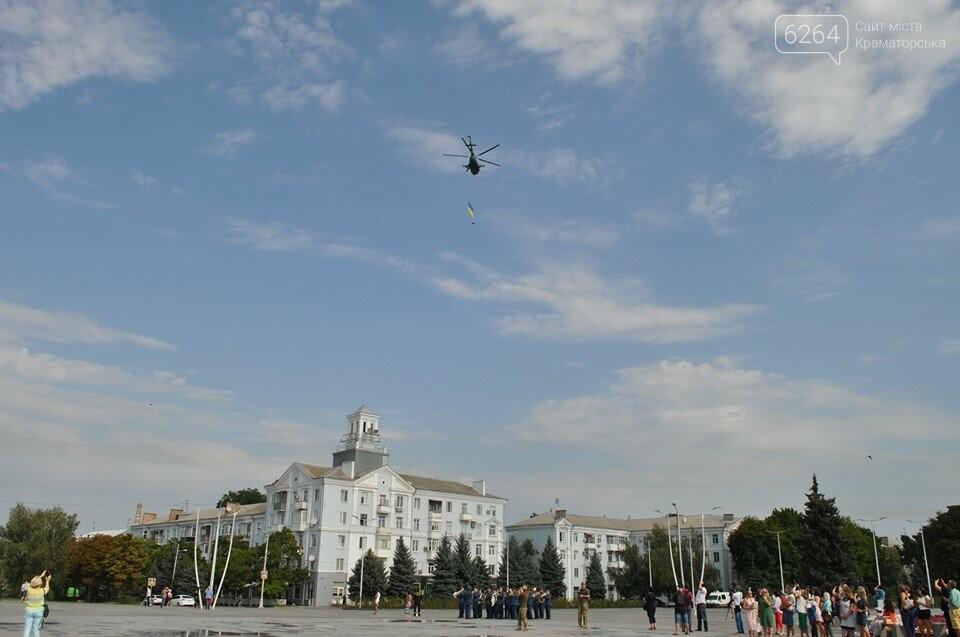 Поднятие государственного флага и праздничный флешмоб: В Краматорске празднуют День флага, фото-1
