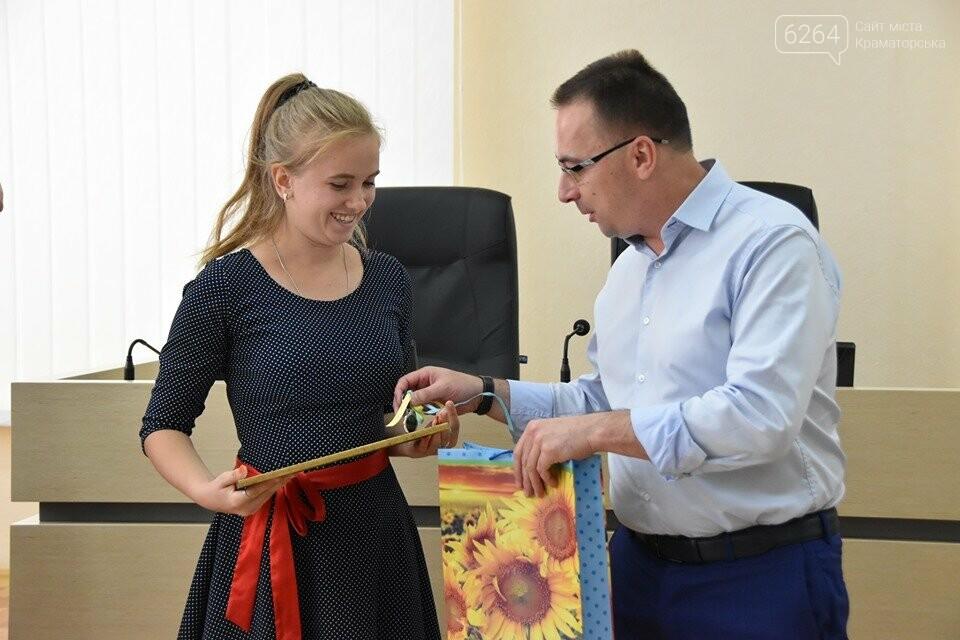 У Краматорську губернатор вручив дітям-сиротам ключі від власних осель, фото-2