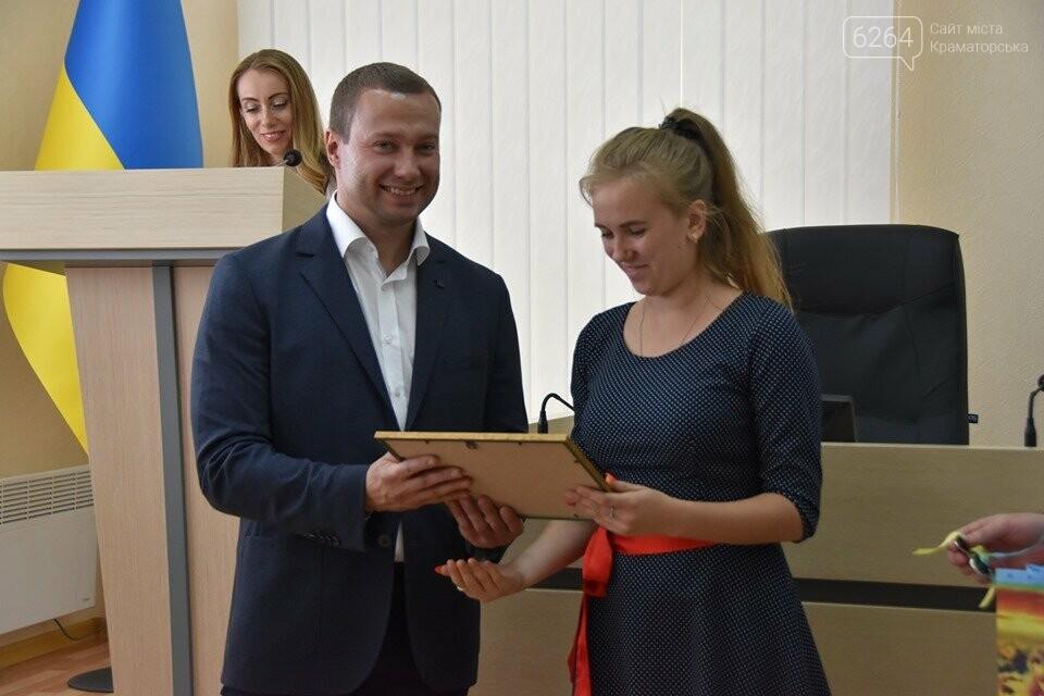 У Краматорську губернатор вручив дітям-сиротам ключі від власних осель, фото-3