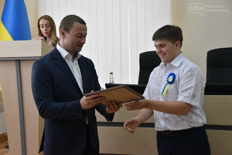 У Краматорську губернатор вручив дітям-сиротам ключі від власних осель, фото-4