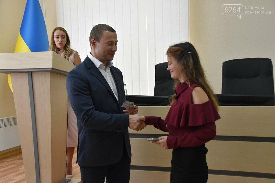 У Краматорську губернатор вручив дітям-сиротам ключі від власних осель, фото-6