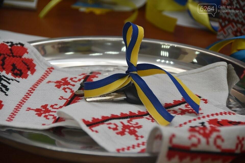 У Краматорську губернатор вручив дітям-сиротам ключі від власних осель, фото-8