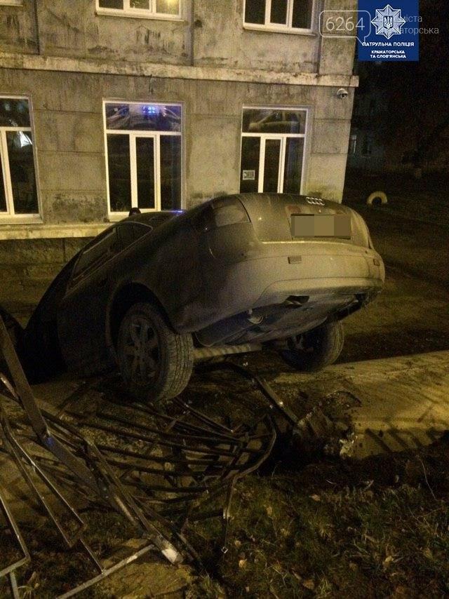 В Краматорске автомобиль врезался в забор школы , фото-1