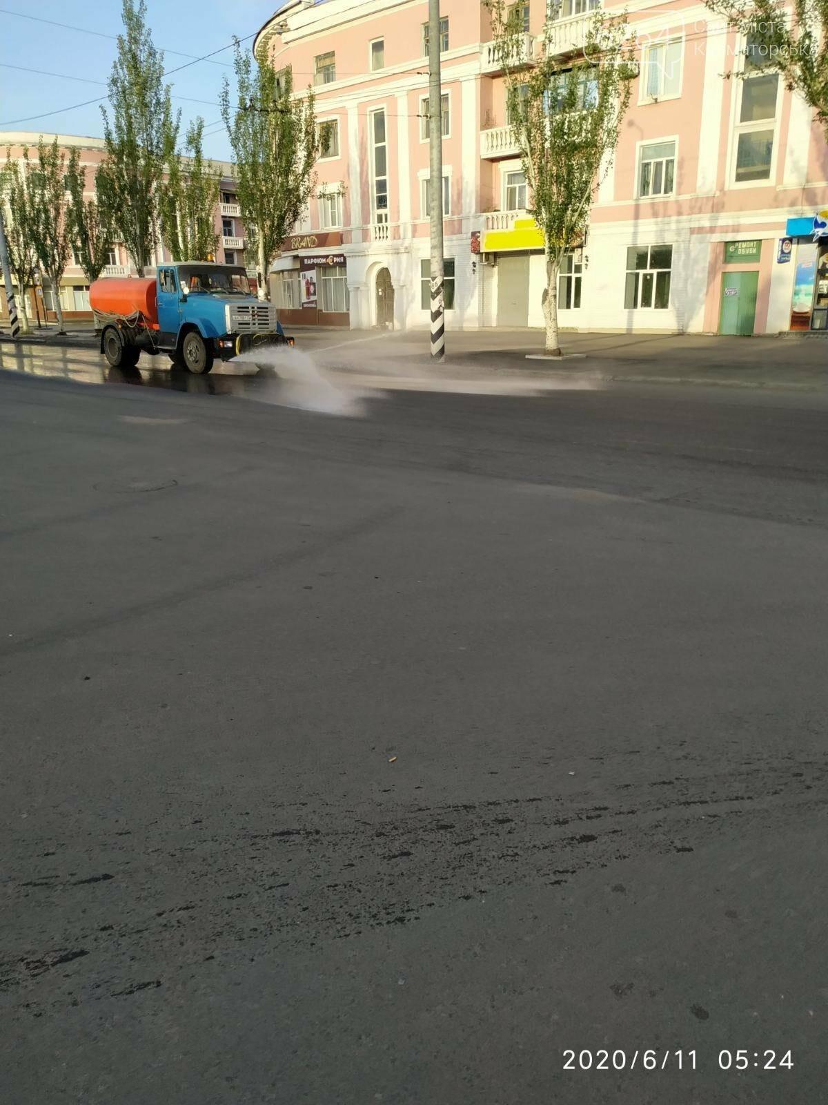 ФОТОФАКТ. У літню спеку в Краматорську вранці інтенсивніше поливають вулиці, фото-1