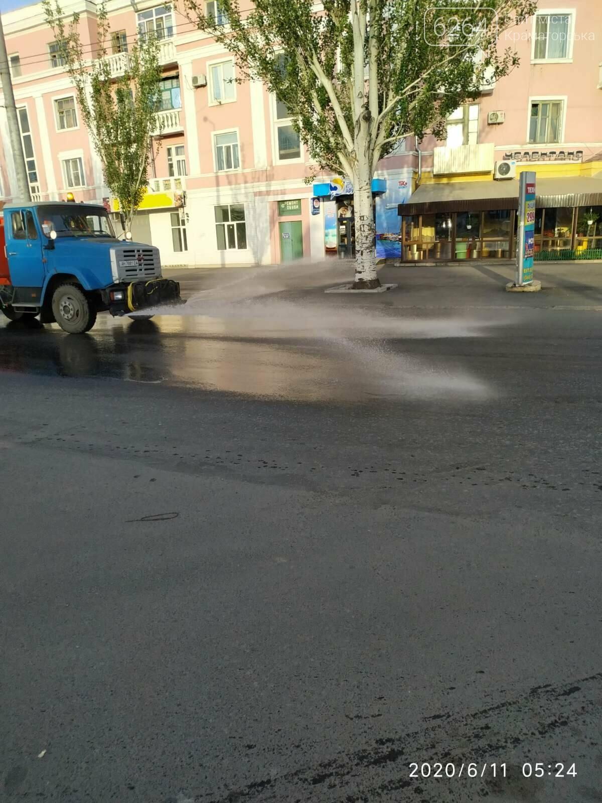 ФОТОФАКТ. У літню спеку в Краматорську вранці інтенсивніше поливають вулиці, фото-3