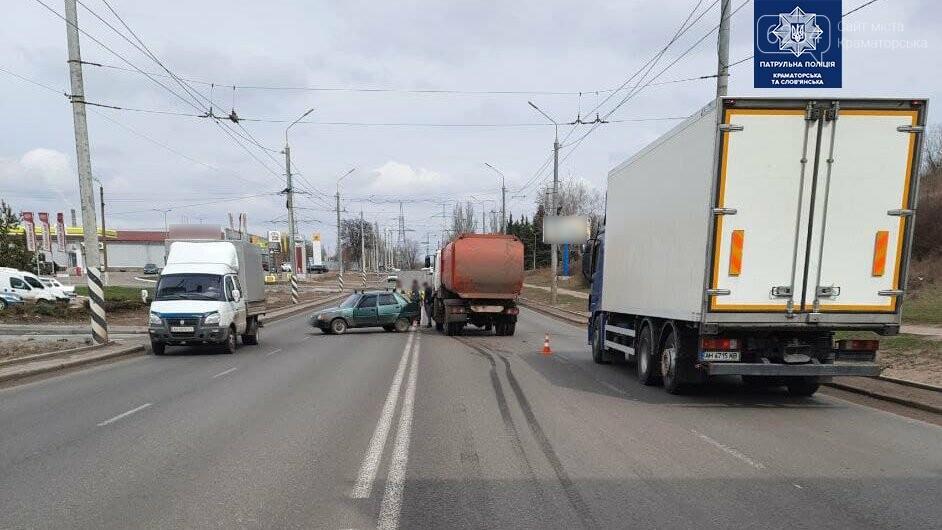 В Краматорске произошло ДТП: грузовик превысил скорость и въехал в легковушку, фото-3