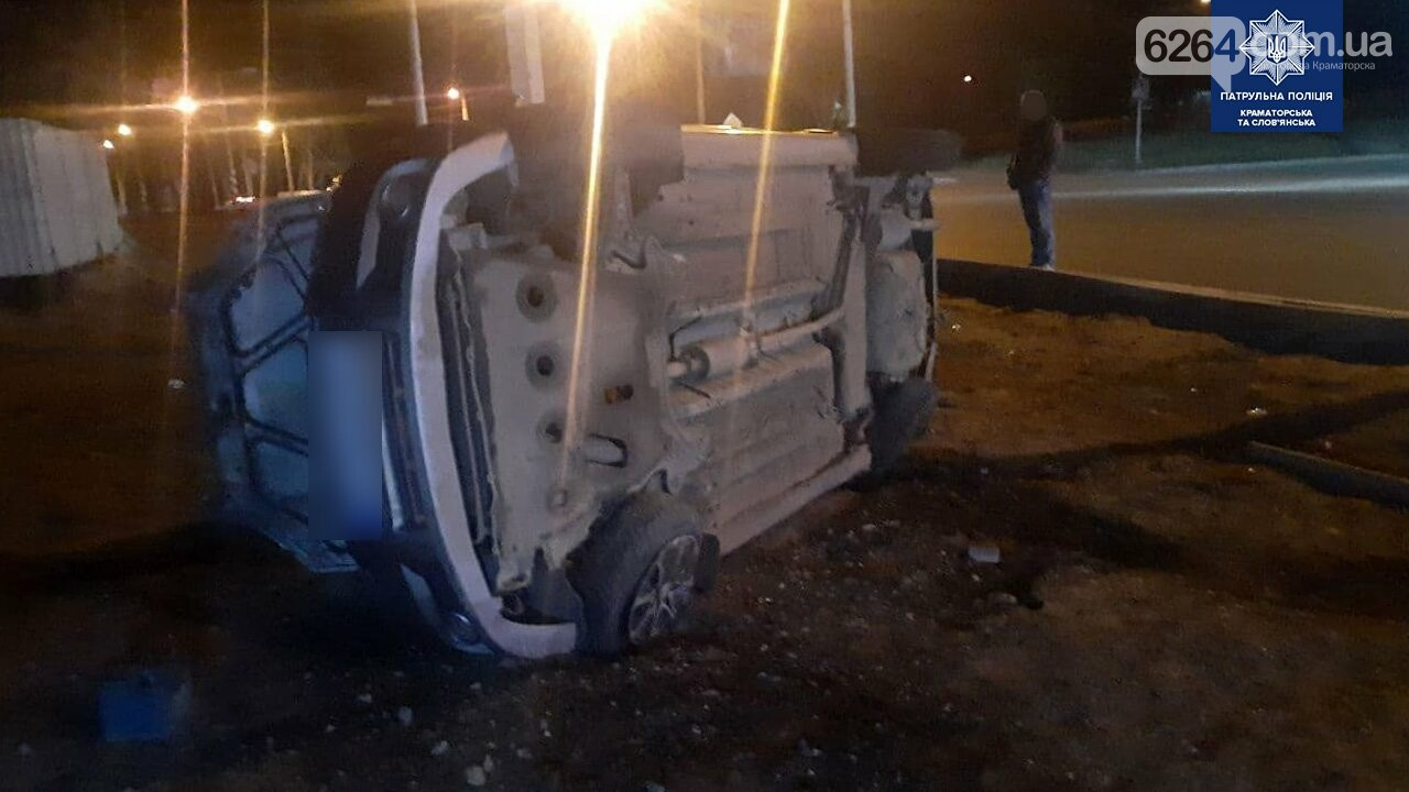 В Краматорске водитель авто Chevrolet сбил дорожный знак и перевернулся, фото-2