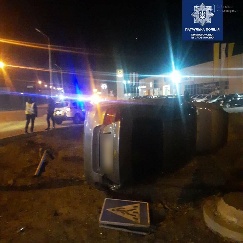 В Краматорске водитель авто Chevrolet сбил дорожный знак и перевернулся, фото-1