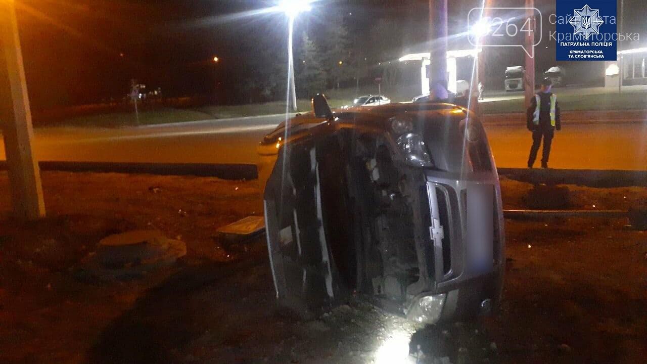 В Краматорске водитель авто Chevrolet сбил дорожный знак и перевернулся, фото-3