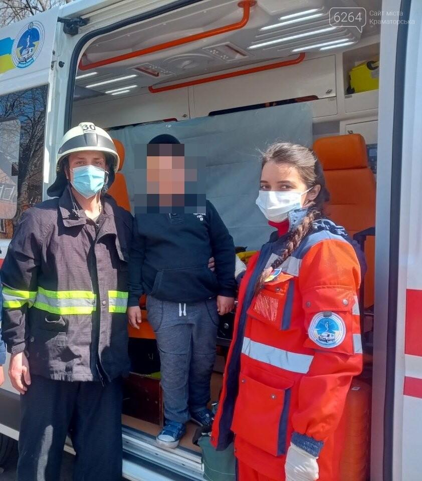 В Краматорске спасатели помогли освободить ногу мальчика, которая застряла между металлическими прутьями лавочки, фото-1