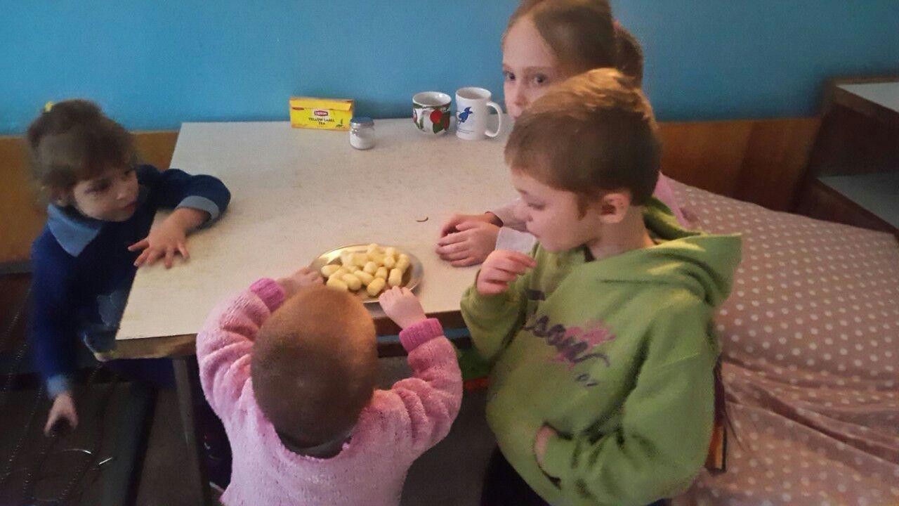 Правоохранители Краматорска посетили в больнице детей, изъятых у нерадивой матери, фото-1