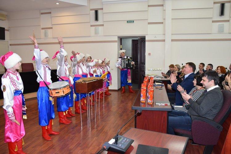 Дети Краматорска поздравили руководство, начальников отделов и управлений горсовета с Днем Святого Николая, фото-1