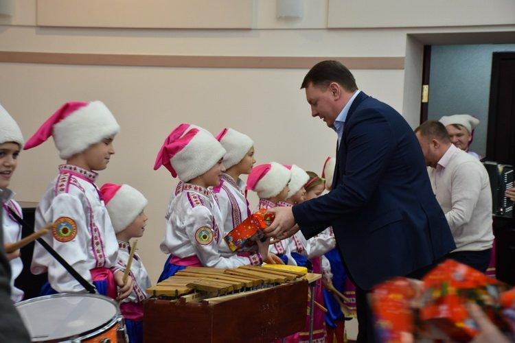 Дети Краматорска поздравили руководство, начальников отделов и управлений горсовета с Днем Святого Николая, фото-3