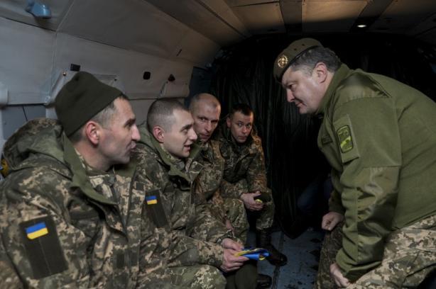 Президент Украины Петр Порошенко в Краматорске встретил украинцев, освобожденных из плена, фото-1