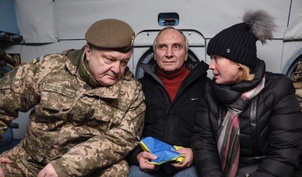 Президент Украины Петр Порошенко в Краматорске встретил украинцев, освобожденных из плена, фото-2