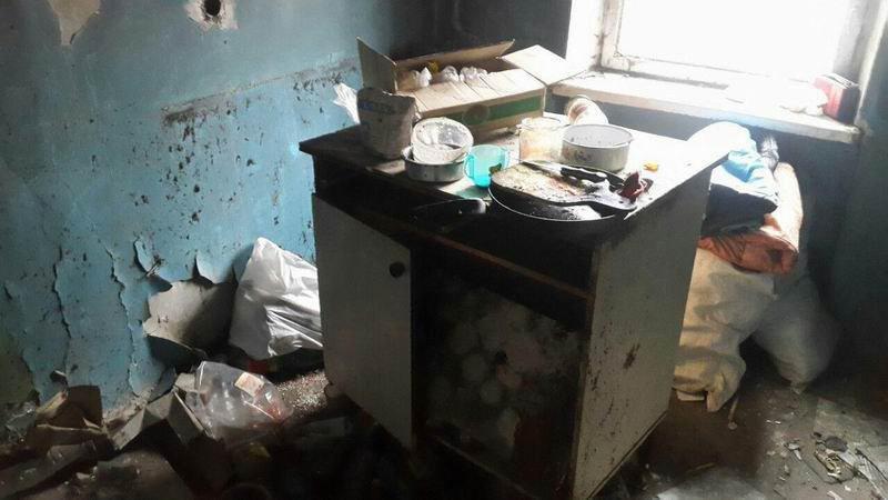 В Краматорске дети жили в грязном и холодном заброшенном доме, спали в санках, фото-3