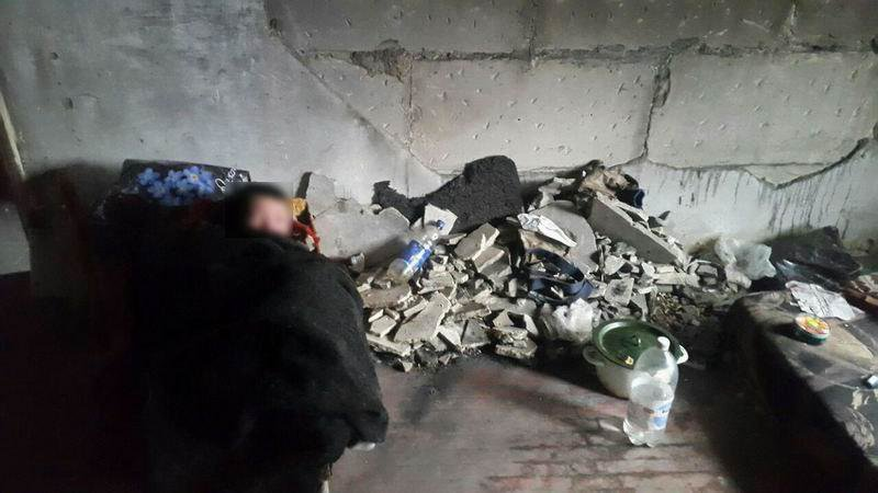 В Краматорске дети жили в грязном и холодном заброшенном доме, спали в санках, фото-1