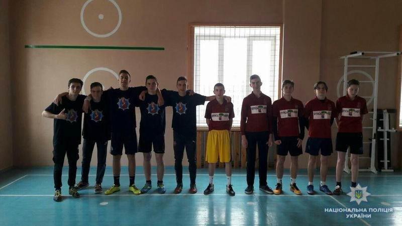 В Краматорске лиговцы и старшеклассники провели товарищеский матч по футболу, фото-1