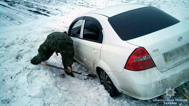 Полиция, спасатели и автодор помогают водителям: ситуация на автодорогах Донетчины, фото-1