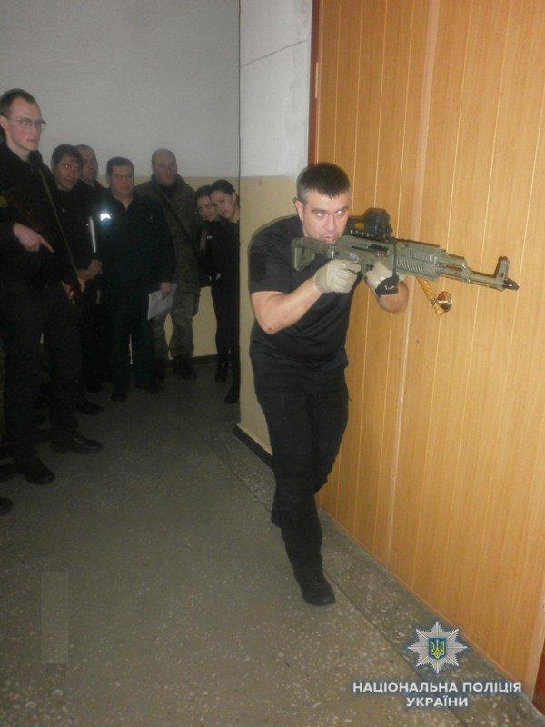 Полицейские Краматорска отработали активный поиск вооруженных преступников, фото-1