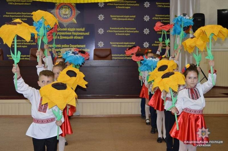 Школьники и Лиговцы поздравили полицейских Краматорска с Днем Вышиванки, фото-1