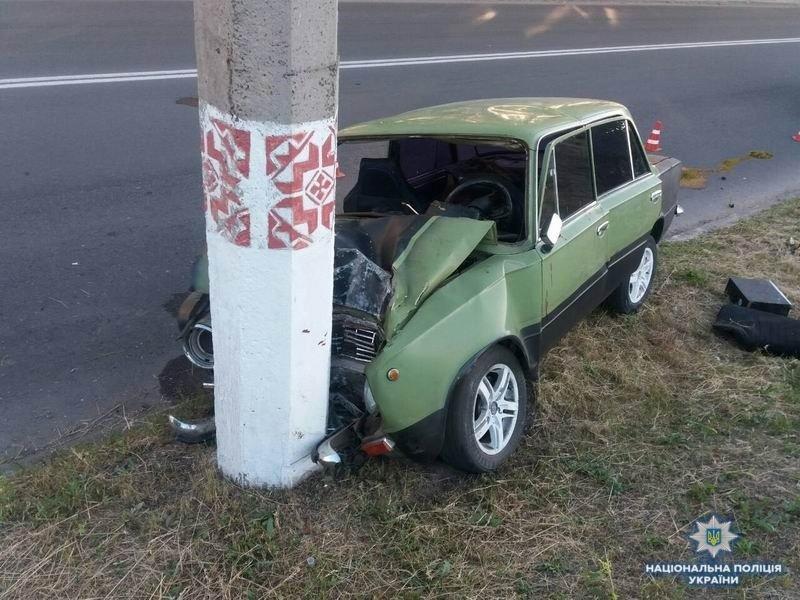 В Краматорске автомобиль врезался в опору электропередач, два человека пострадали, фото-1