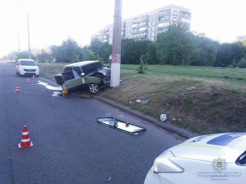В Краматорске автомобиль врезался в опору электропередач, два человека пострадали, фото-3