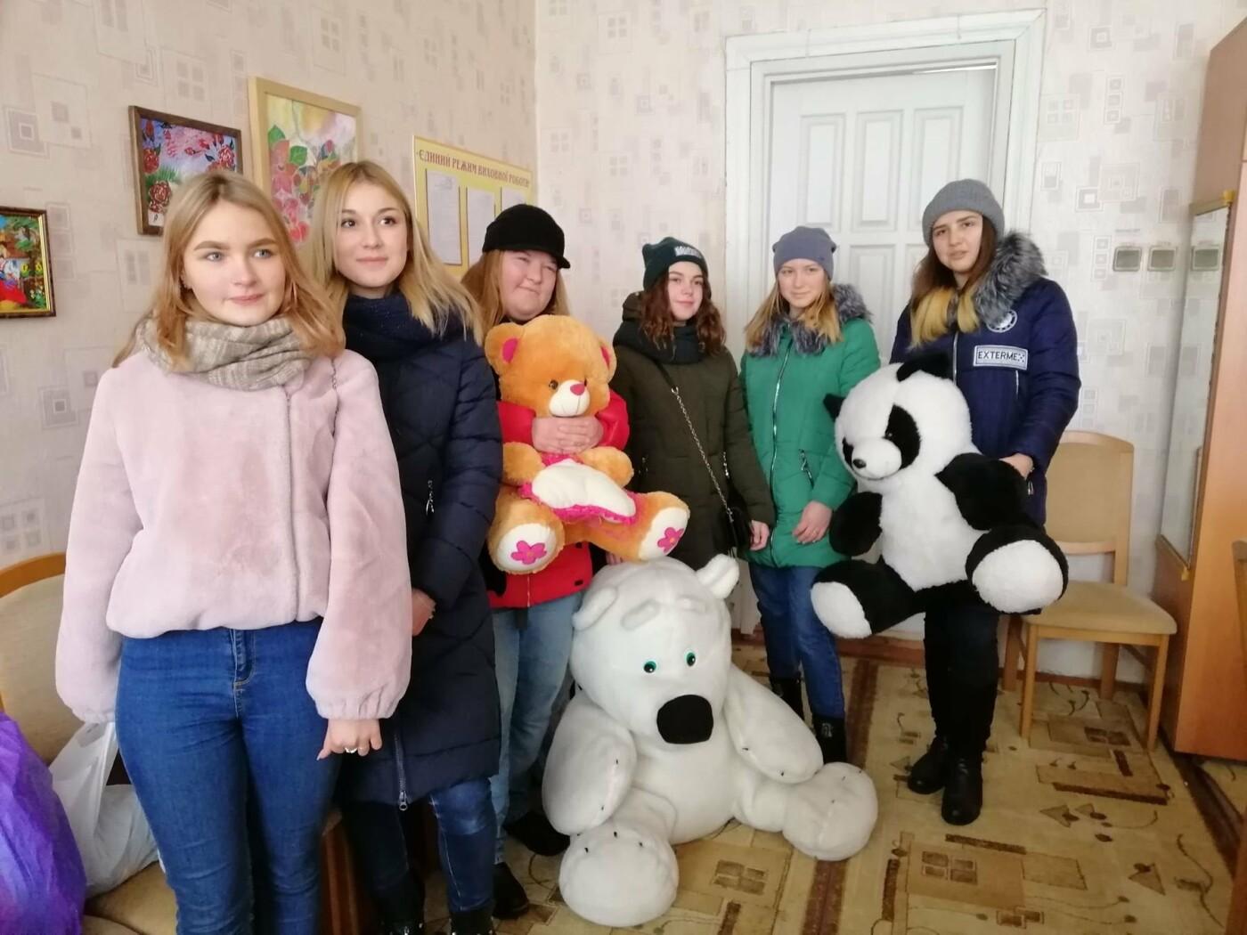 В Славянске и Краматорске школьники собрали 20 кг игрушек для детей с инвалидностью , фото-1