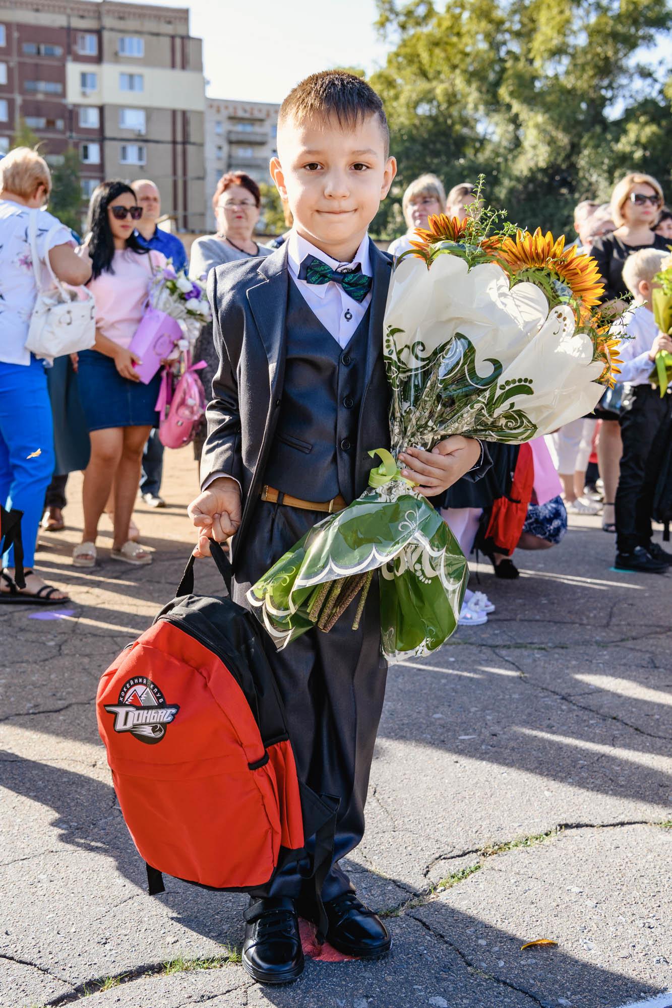 Как прошел День знаний на Донбассе: торжественные линейки и подарки от звезд хоккея, фото-5