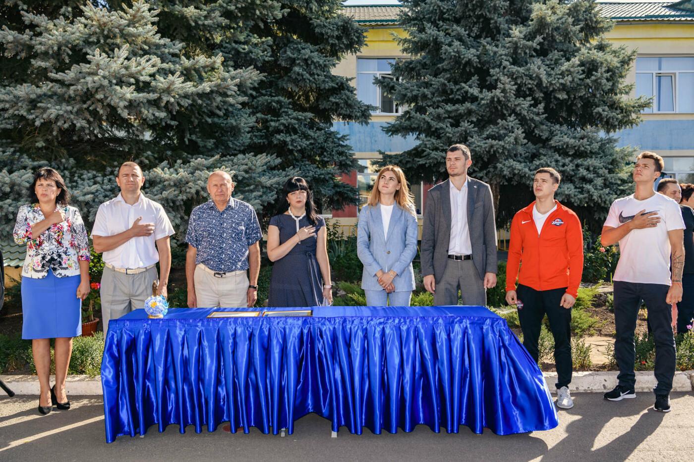 Как прошел День знаний на Донбассе: торжественные линейки и подарки от звезд хоккея, фото-6