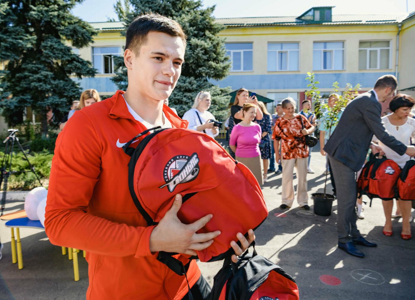 Как прошел День знаний на Донбассе: торжественные линейки и подарки от звезд хоккея, фото-7
