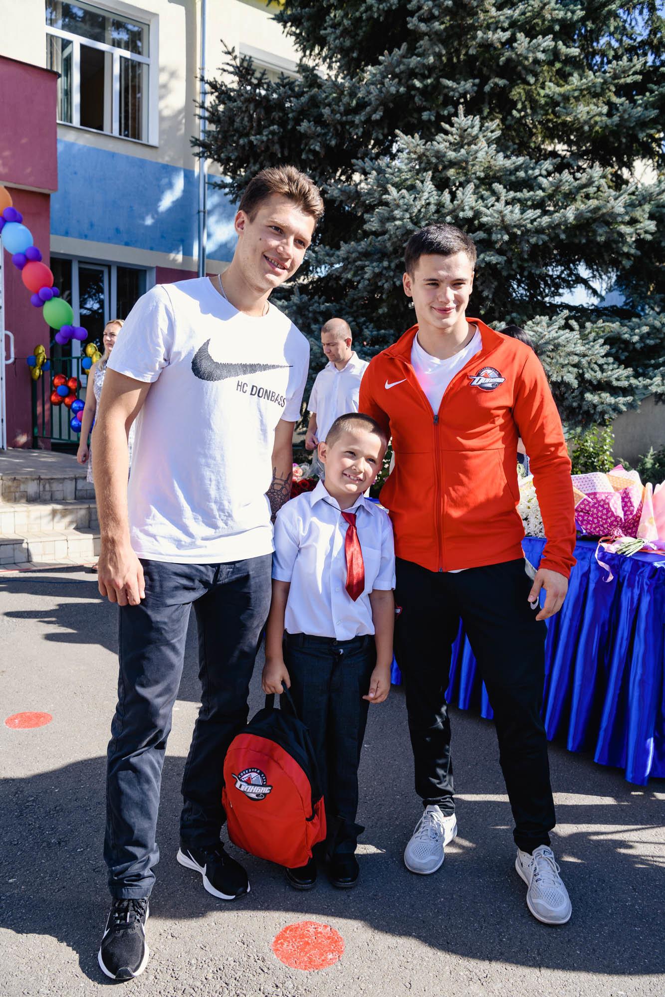 Как прошел День знаний на Донбассе: торжественные линейки и подарки от звезд хоккея, фото-9