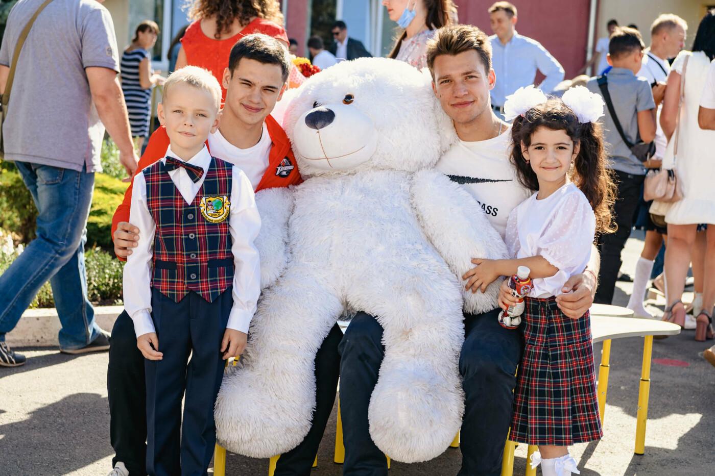 Как прошел День знаний на Донбассе: торжественные линейки и подарки от звезд хоккея, фото-10